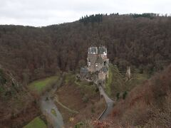 エルツ城!  前回ビニールで覆われていた小塔もはっきり見れました。よく見ると城の門の前まで下りている人達がいました。