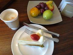 カフェラテ&ケーキ(CTWのケーキショップでテイクアウト)