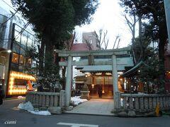 恵比寿のにぎやかな大通りの裏側に恵比寿神社。