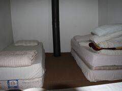 というわけで、到着したのが日本人にはお馴染みらしいバストンジュ・ペンション。 日本語ぺらぺらなトルコ人が経営しているアットホームなペンション。 ただし喋れるのは息子のアリだけで、お母さん(アンネ)などは喋れません。  とりあえず予約していた部屋は午後にならないと使えないから、と空いていたドミトリーに通してくれる。「少し寝て起きて散策している間に部屋出来るよ!」とおっちゃんに言われる。  写真はドミトリー。窓もなく狭い。そしてどうやら韓国人女子は窓がないことがダメらしい。閉所恐怖症か? ということで女子は早々に退散し、別の宿さがしに出た。 私は早速寝る。