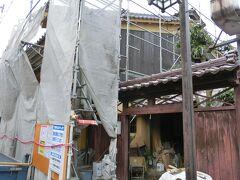 今庄を代表する京藤甚五郎家。 かつては造り酒屋だった。 漆塗の外壁と赤みの強い越前瓦の屋根の上に、うだつが上がっているのが特徴だそうだが、修理中で見えない。 修理を担当しているのは南越前町と教育委員会だった。 さすが、福井県指定文化財。