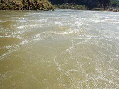 滝で空気がたくさん入ってるのか炭酸水みたい。