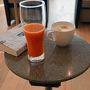 8時半の飛行機。まじめにコーヒーと野菜ジュースで目を覚ます。