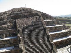 敷地に入って直ぐのところにあるケツァルコアトルの神殿は何度も映像や写真で見てきた階段型ピラミッドの向こうにもう1つの祭壇が隠れているという2重構造。