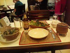 """ラオス最後の夜はやっぱりラオス料理で〆たい!!と思い、 国立文化会館近くの""""ラオ・キッチン""""というレストランへ。  ビアラオを飲みながら料理が出来上がるのを待つ。 一人なのに結構な量!!を頼んでしまった・・・"""