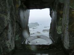 金剛崎の穴の展望所から覗きました。