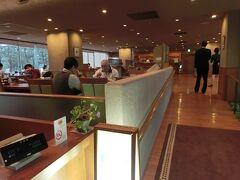 珠洲ビーチホテルで昼食です。 レストランは、カメリアと言います。 オプションを頼んでいない観光客は後回しでした。
