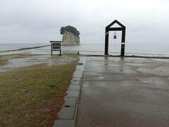 見付海岸に来ました。 雨が小休止になって、向こうの見附島を見ることができました。
