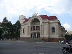 「ドンコイ通り」の入口に建つのは「市民劇場」