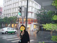 「ドンコイ通り」に入ると、突然のスコール!! さすが南国!!  ランチは「ドンコイ通り」の中央にある「ベトナム・ハウス」で。  この後、日が暮れるまで「ドンコイ通り」をぷらぷら。 雑貨屋さんを覗いたりしていた記憶がありますが、写真もなく記憶もあいまい。。  夕食はドンコイ通りから脇道を入ったところにある「ホアンエン」。 とっても混雑していた記憶しかありません…