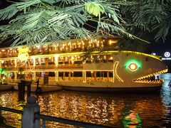 夜はサイゴン川クルーズ「ベンゲー号」に乗船予定。 魚型のキュートな船です。  乗船の時間までは「マジェスティックホテル」の屋上スカイバーで一杯☆ このホテルは「ドンコイ通り」の端に建ち、船乗り場にも近いので、時間を潰すにはもってこいの場所です。