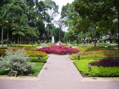 3日目、ホテルから「タオダン公園」まで歩いて来ました。 とっても広い公園で、通り抜けようとするとかなり時間がかかります。 園内はキレイに花が植えられていて、のんびりした雰囲気。