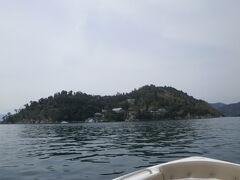 島に建物の屋根が見えますね  これが竹生島です