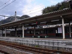列車の時間までお店でのんびりさせてもらってから駅へ。 帰りは、13:07発の特急『ふじかわ5号』で身延を離れる。  今回の旅は、前半は雨に祟られたものの、 美しいわに塚の桜に出会えたし、久遠寺奥之院からの素晴らしい景色も見れたし、 一泊二日でもなかなか充実した小さな旅だったな。 『身延、いつかまた訪れることがあるだろうか。』なんて考えていたら、列車がやってきた。