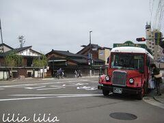 ひがし茶屋街到着。 こんなレトロなバスもあるんですよ。