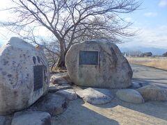 川沿いには観光スポットの一つ、早春賦歌碑もあります