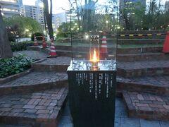 神戸市役所の隣に東遊園地公園と言う公園があります。 ここは、1816年に外国人居留遊園の名称で開園した、日本で最初の西洋式運動公園です。 ここに1995年(平成7年)1月17日に起きた阪神淡路大震災の神戸各地にある、震災関係のモニュメントの中心となる「1.17希望の灯」があり、震災のご遺族やボランティアから、やさしさ・思いやり・生きている証としての灯りを灯したいとのご提案から、被災10市10町を巡って運んだ火種と47都道府県から寄せられた支援の火をひとつにして、震災から5年目の2000年1月17日5:46…この地に灯りが灯されました。  今年、2015年は阪神淡路大震災から20年の年です。 昨年に続き、今回もやって来ました。