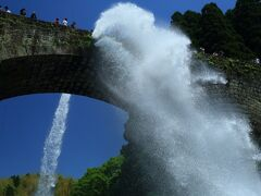 13:00 通潤橋(つうじゅんきょう)  嘉永7年(1854)建造、国の重要文化的景観で国の重要文化財。 高さ20.2メートル、長さ75.6メートル。  石橋アーチ橋の中で日本で唯一放水する橋でアーチの直径や高さは日本最大。   駐車場 道の駅/通潤橋