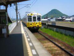 琴電栗熊駅のパーク&ライド駐車場(1回300円)に車を停めて、琴電に乗ってこんぴらさんを目指します。 2両編成のかわいい車両、香川の田園風景を楽しみながら15分ほど電車の旅を楽しみました。