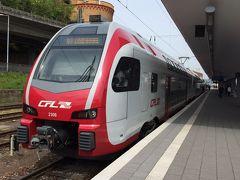 KoblenzからCochemまでの行きのローカル線。 おしゃれ〜! このカラーリングはルクセンブルク国鉄のモノです。  実はこの時Koblenzでの乗り換え時間が元々7分しかなく、もしICEが遅れて乗り損なったら次の電車まで1時間待ちというシチュエーションでした。 ※欧米の電車は遅れるのが当たり前なので 幸いにして遅れることはなく、予定通りに次の電車に乗ることが出来ましたが。 ちなみに、もしここの接続がうまく行かず乗れなかったら、午前中に予定していたCochemは時間の関係で諦めざるを得なく、Koblenz観光の予定になるところでした。 後で知ったのですが、列車に一応の優先順があるようで、今回の場合だとICEからローカル線への接続になるので、優等列車であるICEが多少遅れても、ある程度はこのローカル線は待っててくれるようなのです。 逆のパターンだとICEはローカル線が遅れようが構わずとっと行ってしまいます。 イメージはこんな感じでしょうか。 《優先順》高速列車(ICEやTGV)>lC/EC(特急)>RE(各駅)  遅れると言えばもうひとつ。 遅れるということで到着するホームが頻繁に変わるという点。 余裕をぶっこいて電光掲示板で確認していても、その掲示板が変わっていなかったような話も耳にしました。 駅アナウンスではきちんとあるようですが、さすがにドイツ語のアナウンスとなると・・・(ただでさえ英語も怪しいのに)。 ここでは日常茶飯事のことなので、本当に気を付けた方がいいです。 ※DBのサイトでも確認出来るところもあるので活用した方がいいです(特に列車の遅れはリアルタイムに分単位で反映されてます)