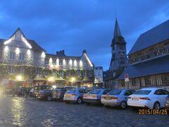 村の教会前と広場