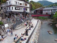 湯村温泉の足湯です。川風に吹かれて足湯すると時間の経つのも忘れます。