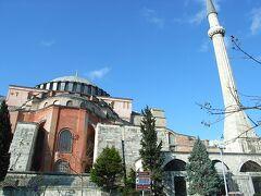 続いてやって来たのは「トプカプ宮殿」 ここはメフメット2世が15世紀に建設させたもので、その後約400年、オスマントルコ帝国歴代のスルタンの住居及び政治・行政の中心となってきました。