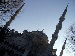 続いてやって来たのは「ブルーモスク」 1616年に完成した、オスマン帝国のスルタン「アフメット一世」の命で建てられたモスクです。 正式名称は「スルタンアフメットジャーミィ」、通称「ブルーモスク」と呼ばれています。 イスタンブールで一番楽しみにしていた場所です。