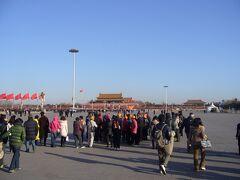 3日目、北京市内を中心にツアーで市内観光です。  「天安門広場」に到着。 さすがにすごく広い!  青空がきれいに写っていますが、北京市内はなんだか全体的に黄色っぽい靄がかかっていました。 これは黄砂なのか? それとも大気汚染のせいなのか…?