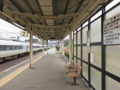 """和倉温泉を満喫した後は再び鉄道で能登半島を更に北へ向かいます。 ここ和倉温泉駅から北はJRではなくいわゆる第3セクターの""""のと鉄道""""になります(七尾〜和倉温泉はJRとの供用区間です)。 JR線ホームにはちょうど金沢から来た特急が到着し賑わっていますが跨線橋を渡ったのと鉄道ホームには私以外一人もいません。"""