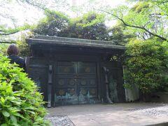 徳川将軍家墓所  この門は旧国宝で「鋳抜門」とよばれています。左右の扉に五個づつの葵紋を配し、両脇には昇り龍・下り龍が鋳抜かれている(青銅製)。規模は勿論のこと、その荘厳さにおいても日光東照宮と並び評された往時の姿を今に伝える数少ない遺構です。