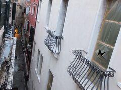三日目〜 今日はヴェネツィアからフィレンツェに移動する。ヴェネツィアも見納めである。  この写真は宿泊したホテルの窓から撮った一枚。こういう裏道な細い路地って好きだ。右の窓は気にしなーい。