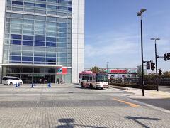 信濃川沿いを歩き、万代島美術館へ☆ 伊勢丹からゆっくり歩いて、30分くらいかな。  あ。バスが来るよ。  ん!あれは!