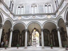 次の目的地、メディチ・リッカルディ宮殿へ。 礼拝堂に隣接した教会も入ってみたかったが、今回はスルー。  流石フィレンツェ一の富豪だった一族のお家。 外側は正直地味だったのに、内装が色々すごかった。何だあの鏡張りのサロン的なお部屋。 写真は中NGだったので庭だけ。