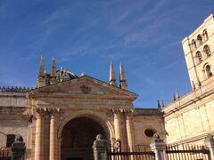 城壁と並ぶ大聖堂。朝早いので観光客はほとんど見当たらず。