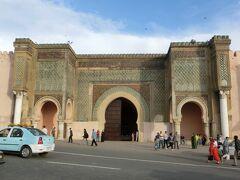 """アフリカでもっとも美しい門と言われる「マンスール・エルアルージュ門(通称:マンスール門)」""""。 カラフルなモザイクタイルと彫刻が美しい☆ マンスール・エルアルージュとは、「改宗者の勝利の門」という意味。 イスラム教に改宗したキリスト教徒マンスールが設計したことからそう呼ばれているらしいです。"""