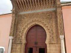 世界遺産「古都メクネス」の象徴『ムーレイ・イスマイル廟』に到着!!  迫力満点のエントランスです。
