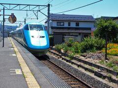 北仙台駅10:15発の仙山線に乗り・・・羽前千歳駅で奥羽本線に乗り換え。  この乗り換えでは、少なくとも30分は待たなくてはならないことが多いのですが、今回は16分という、ちょうどいい乗り換え待ち時間ですみました。  ちなみに、仙台から村山までは、山形交通のバスで・・・というアクセスもあります。  羽前千歳駅で待っていたら・・・つばさが通り抜けました。山形新幹線と言っても・・・奥羽本線と同じ線路なんだもん。東京から山形に行くなら、新幹線に乗るだろうけれど、仙台や山形の人は、きっと新幹線なんて使わないだろうな〜、同じ路線をローカル線が通っているんだもん・・・。