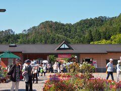 村山駅に正午過ぎに到着。  村山駅からは、タクシーで行こうと思っていましたが、バラまつり期間中(6月4日〜7月5日)、ワンコインタクシーというものがあります。  駅の2階(改札口階)にある観光案内所で、ワンコインタクシーチケット(500円)を買って、駅前ロータリーのタクシー乗り場に行き、タクシーにチケットを渡して公園まで行ってもらう・・・という段取りです。  帰りも、ワンコインタクシーチケットを公園で買い、チケットに書かれているタクシー会社に電話してきてもらうという形です(通常のメーターで行くと、大体780円くらいだそう)。  無料シャトルバス(まつり期間中の土日)も出ていますが、こちらは、村山市民会館から公園まで・・・というルート。そのあたりに、臨時駐車場がたくさんあるので、駐車場から公園まで・・・ということになっていて、車で来た人向けなんです。駅から村山市民会館まで歩くんなら、ついでに公園まで歩いちゃっても同じようなものですので、列車で来た人にはつかえないシャトルバスです。  観光案内所でワンコインタクシーチケットを買い、タクシー乗り場へ・・・。けっこう行列になってるんじゃないかなぁ・・・なんて心配をよそに・・・ガラガラです。みんな自家用車なんだねぇ・・・。  というわけで、スムーズにタクシーにも乗れて、東沢バラ公園前に到着しました。