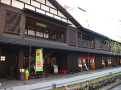 七日町の御殿堰まで来ちゃいました。400年前の御殿堰(農業用水路)を利用・整備して、景観に合わせた商業施設です。  センスがよく、そんなに混んでいなくて落ち着いているし、けっこう好きな場所です。  七日町御殿堰 http://gotenzeki.co.jp/index.html