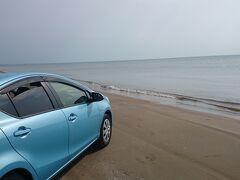 単調な景色にちょっと眠くなりましたし、千里浜なぎさドライブウェイに寄り道。 砂の粒子が細かいので、こんな波打ち際まで近づけるんです。 波打ち際を車で走れる砂浜って、世界に3か所だけなんですって。