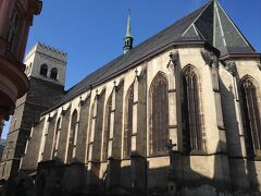 聖モジツ教会。大きくて全体を写真に写すことができませんでした(^^;) 外から見るとこの建物が教会だとは想像ができませんね〜、だからなのかは分かりませんが、あんまり人もいませんでした。