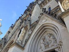 近くに寄ると、細部が細かく作りこまれているのが分かります。 これまでポーランドで見てきた教会の雰囲気と違うなあ。。