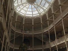 それからスコットランド国立博物館( National  museum of Scotland)へ。 案の定道に迷ってうろうろしてるけど、 なかなか見つからない。 地図見てぐるぐるしてたら、 学生らしき女の子がどしたの〜って声をかけてくれて、 博物館まで道案内してくれた。 屋上にガーデンテラスがあっておすすめだから、ぜひ行ってね〜ってアドバイスくれた。  わーい。優しいな。感謝♪感謝♪   中に入ると中央が吹き抜け。
