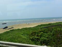 車中からの千里浜なぎさドライブウエイ。