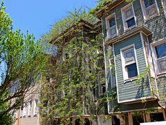 ここからは街歩き。 エミノニュの港に向けて歩くことにする。  アヤソフィアからトラム通りに抜ける裏道(ソーウクチェシメ通り)には、現代風にアレンジされたトルコ風の建築物が並んでいる。