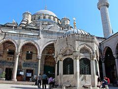 エジプシャンバザールを出て次に向かったのは、バザールから歩いてすぐのところにあるイェニ・ジャミィ。  モスクの前にあるのは足を洗う為の水場で、敬虔な信者の方は足を洗ってからモスクの中へと入る。 母と私もスカーフを頭に巻き、髪の毛が見えない様にしてからモスクへの入口へと向かう。 それが、女性がモスクへ入る際のしきたりだ。  日本人の女性の旅人でスカーフを持たずにパーカーのフードを頭に被るだけでモスクへと入場している方を見かけたが、やはりそれでは失礼なのではないかと思う。 モスクの入口で髪を覆うために貸してくれる水色の布を被るのが嫌ならば、自分できちんと大判のスカーフを準備すべきだと思うのだが…。