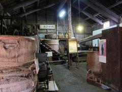 「角長・醤油資料館」、  慶応2年に建てられた職人蔵をそのまま資料館に。  醤油作りに使用された道具や樽などが当時のまま保存されてます。