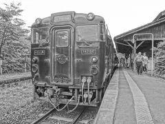 無人駅ですが,ちゃんと列車も停まる駅です!  これは,特急「はやとの風」 カラーで撮っても,黒い車体です…