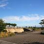 まずは、いつ日本とお別れになってしまうか分からないソーラー・インパルス2の停まっている名古屋空港へ。早朝にやってきたのは滑走路の南端にあるエアフロントオアシス、こうして写真に撮るとただの公園のようですが・・・